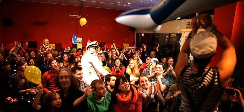 An der Spree im Café Moabit fliegen dank der Matröse die Delfine durch die Luft
